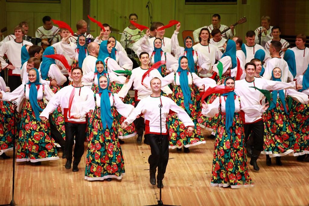 Откроет фестиваль Омский русский народный хор, который представляет традиционное хореографическое