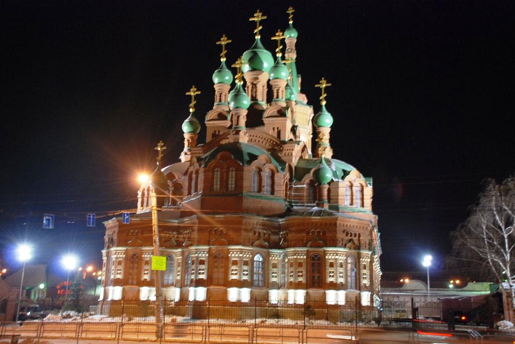 Один из самых крупнейших храмов в Челябинске – Свято-Троицкий храм - засиял огнями. Накануне вече