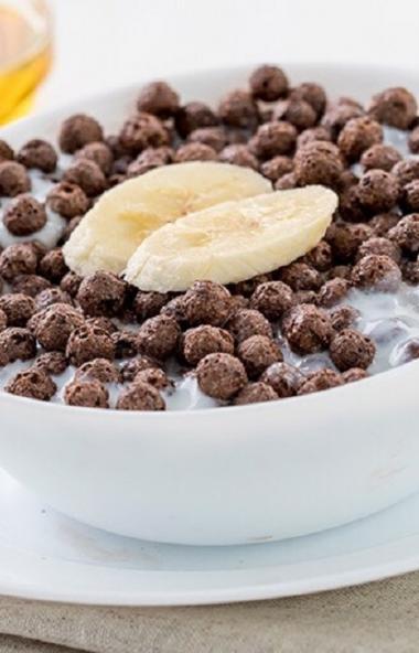 Как утверждает телевизионная реклама, шоколадные шарики - лучший детский завтрак. Добавь молоко,