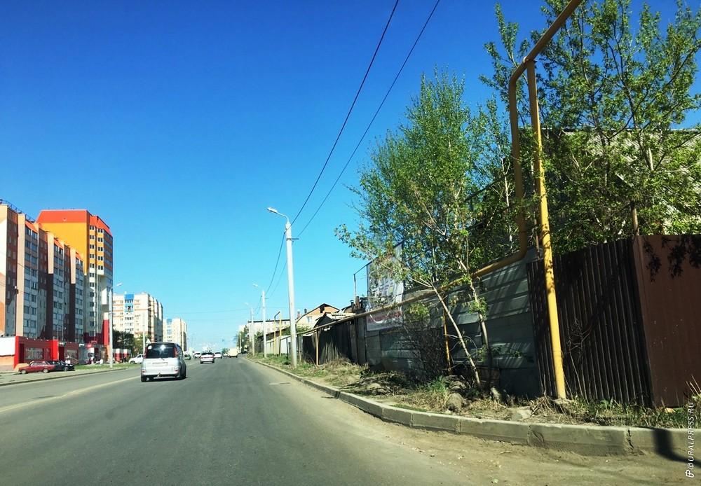 В ближайшее время в Челябинске в поселке Чурилово, расширяя дороги, власти обещают сделать троту