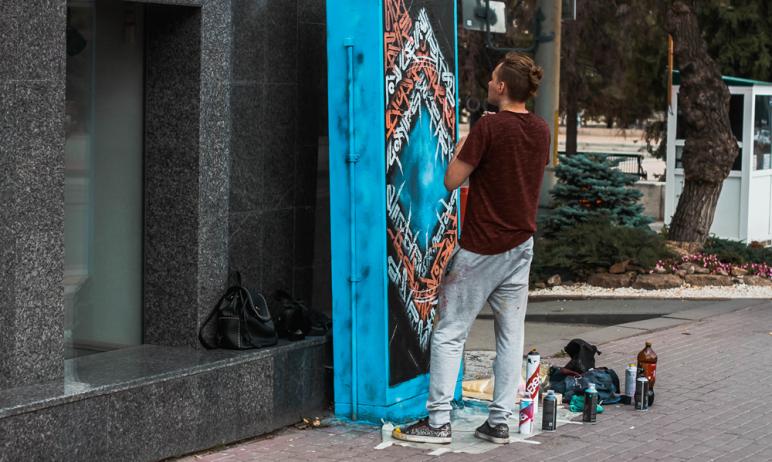 Компания «Ростелеком» и художник-каллиграф Дмитрий Бобров подарили Челябинску новые объекты уличн