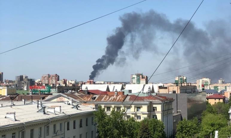 Сегодня, 20 мая, в Челябинске многих жителей напугал черный столб дыма, который виден из разных р