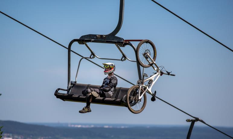 На курорте «Солнечная долина» состоялись соревнования скоростных спусков на велосипеде с горы – в