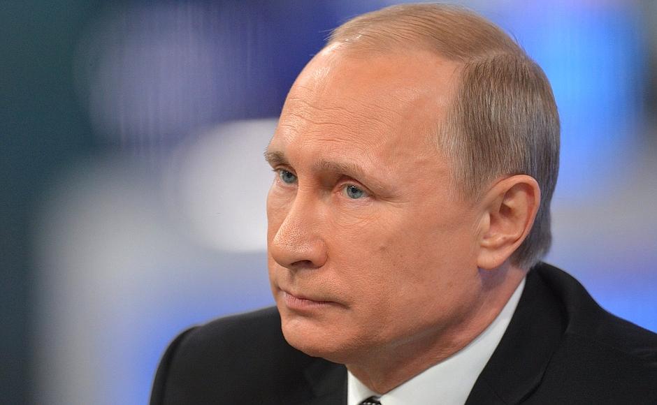 Как сообщили агентству в пресс-службе Кремля, на авиабазе главу Российского государства встречали