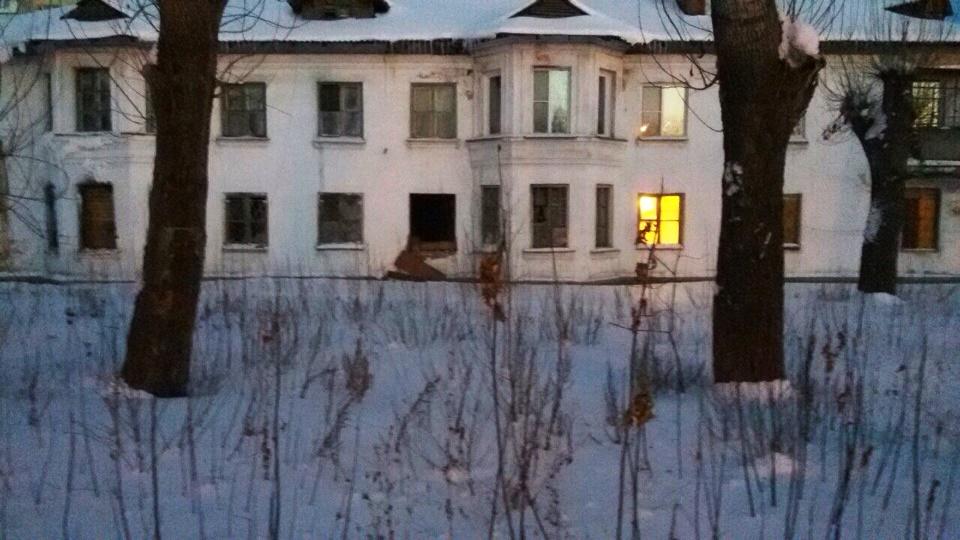 Дом находится в удручающем состоянии – это видно невооруженным глазом. Но его состояние, и так бл