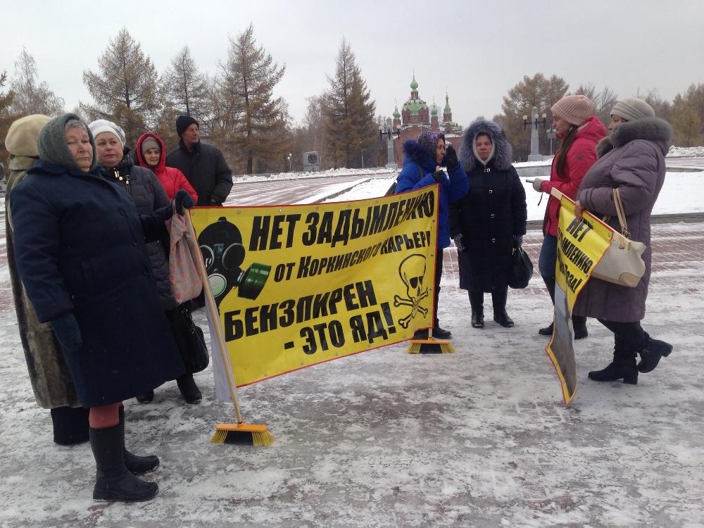 Около 20 пенсионеров высадили в автобусе около бюста Ленину, где они развернули плакаты: «Требуем