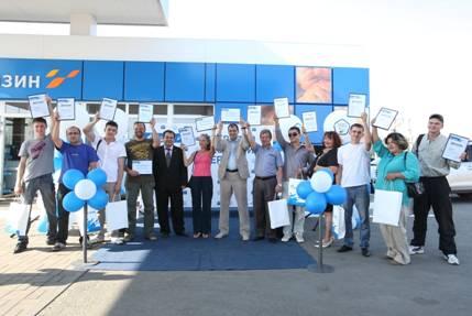 В торжественной обстановке тринадцати финалистам руководство предприятия вручило памятн