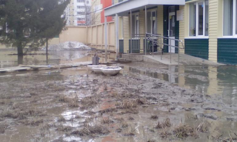 В челябинском поселке Чурилово топит участок рядом с поликлиникой на улице 2-й Эльтонской.