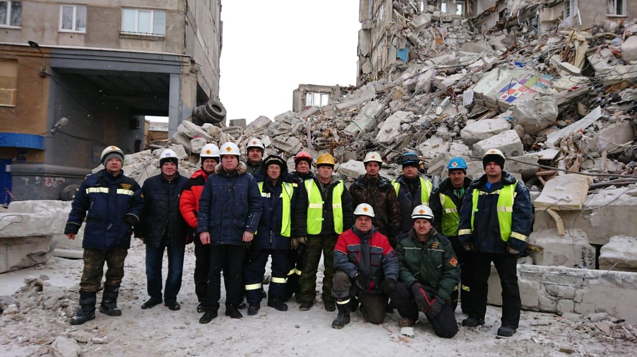 Снос стены, оставшейся в целостности после обрушения межэтажных перекрытий подъезда жилого дома в