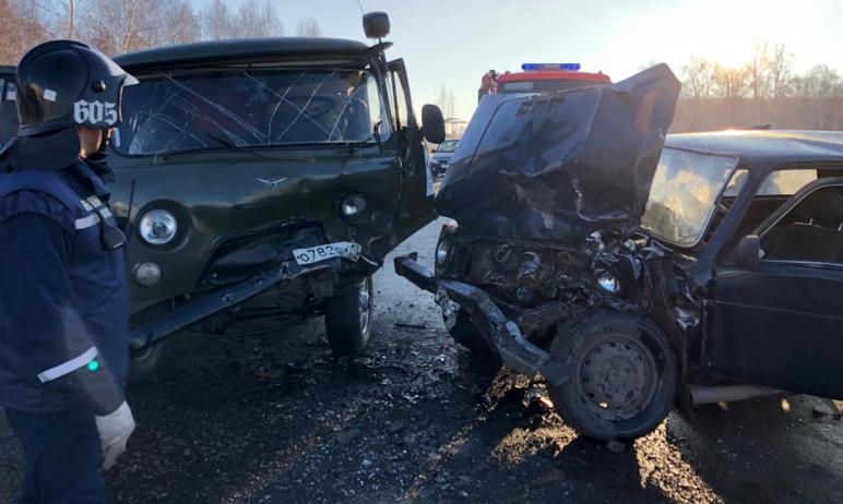 Сегодня утром, 24 декабря, в Челябинской области столкнулись машины ВАЗ-2107, «Нива» и «УАЗ». Пос