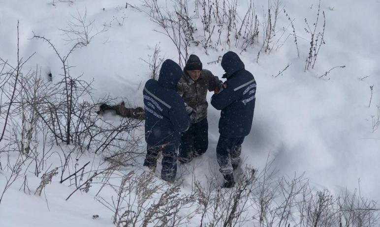 В Усть-Катаве (Челябинская область) в овраг, глубина которого более 15-ти метров упал пожилой муж