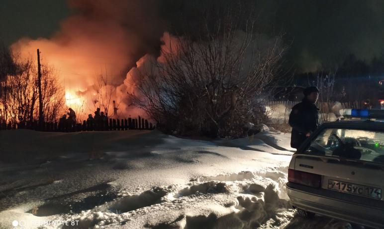 В Копейске (Челябинская область) сотрудники Росгвардии спасли пожилую женщину из горящего дома.