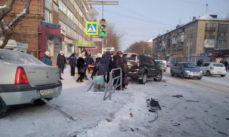 В субботу, 28 ноября, в Челябинске машина Renault Logan врезалась во внедорожник Toyota Land Crui