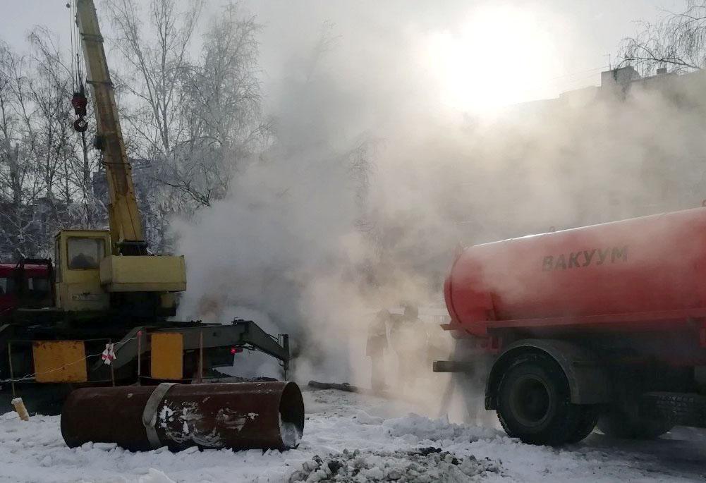 В Челябинске произошло очередное коммунальное ЧП. Из-за прорыва теплотрассы горячей водой залило