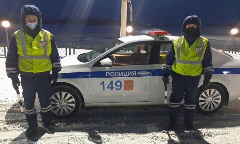 Инспекторы областного полка ДПС спасли мужчину и женщину, которые замерзали в своем автомобиле на