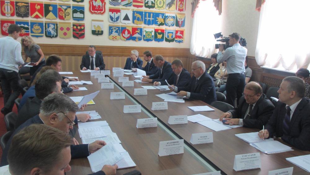 Как сообщил член комитета депутат Игорь Бутаков, только в 2015 году застройщикам было выделено дв