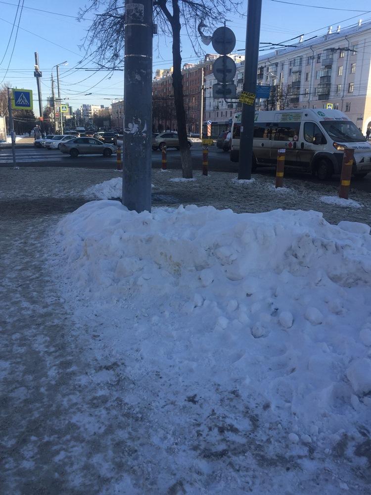 В Челябинске автобус с пассажирами угодил в столб. ФОТО