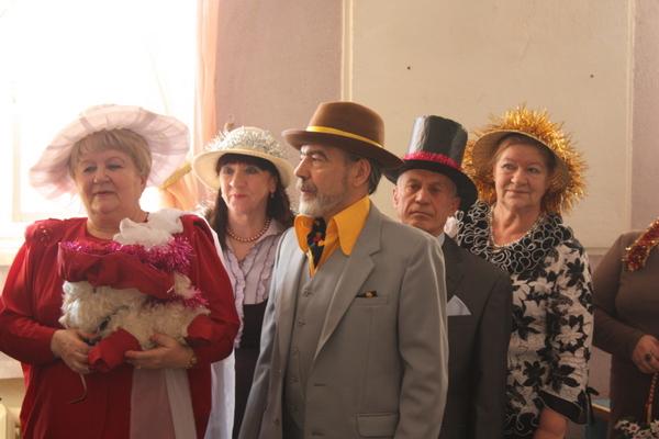 Дамы и кавалеры блистали в классических широкополых шляпах и цилиндрах. Можно было увидеть как со