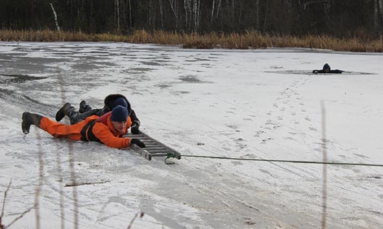 В Челябинске на озере Смолино двое пожилых рыбаков провалились под лед. Им понадобилась помощь сп