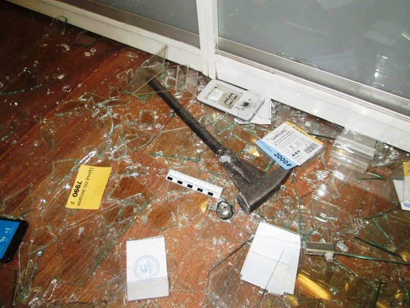 В Верхнем Уфалее (Челябинская области) совершено вооруженное нападение на салон сотовой связи. Гр