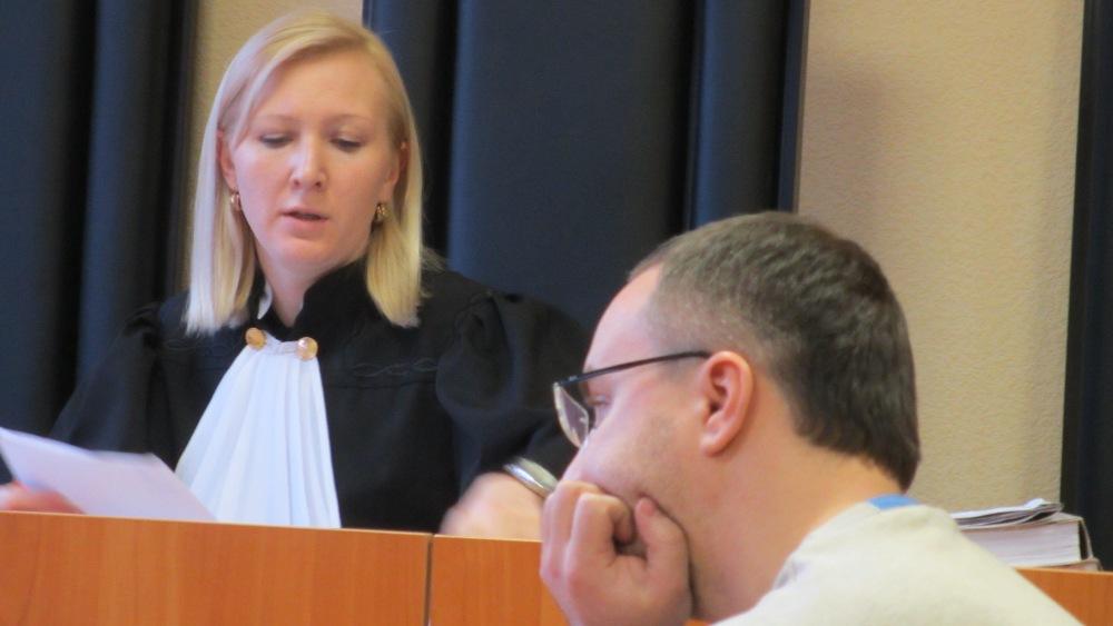 В качестве пострадавшего в суде присутствовал 66-летний Юрий Полищук, передавший директору Попову