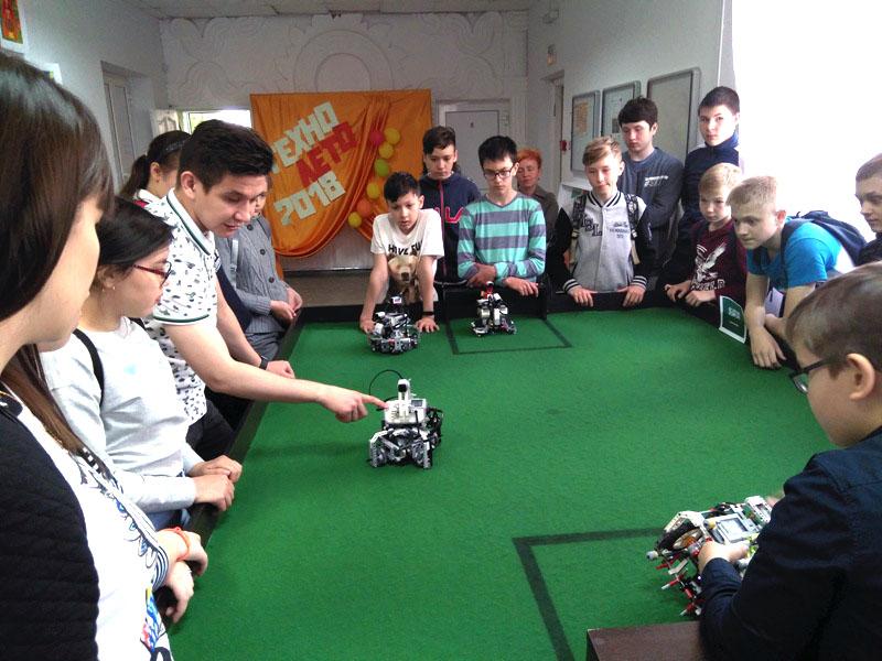 Россия должна победить в чемпионате мира по футболу - в этом уверены челябинские роботы-футболист