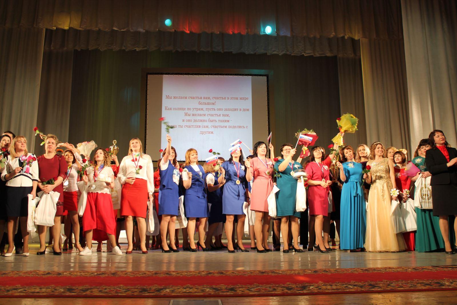 Сотрудники отделов ЗАГС Челябинской области сегодня, 4 декабря, оставили все служебные дела, чтоб