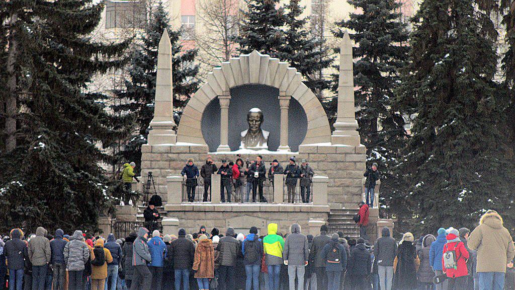 Место для встречи было выбрано под бюстом Владимиру Ленину на Алом поле. И неосведомленному