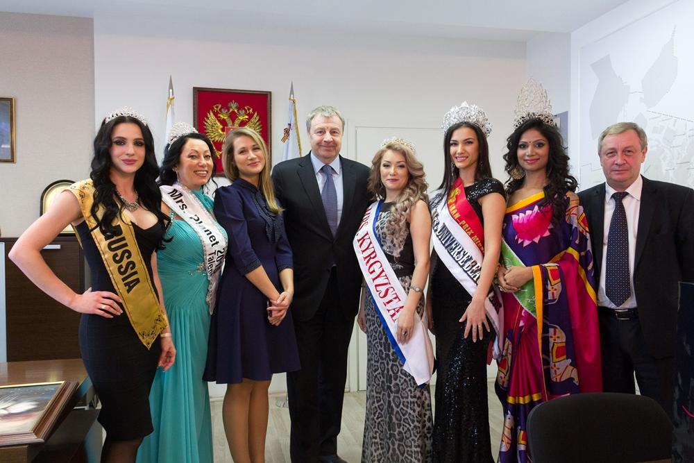 Самые красивые женщины мира, победившие в конкурсах красоты разных лет, собрались в кабинете глав
