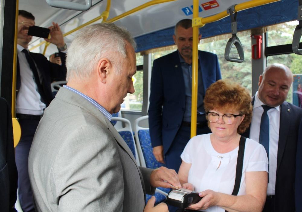В общественном транспорте Челябинска для оплаты проезда начали принимать бесконтактные карты любо