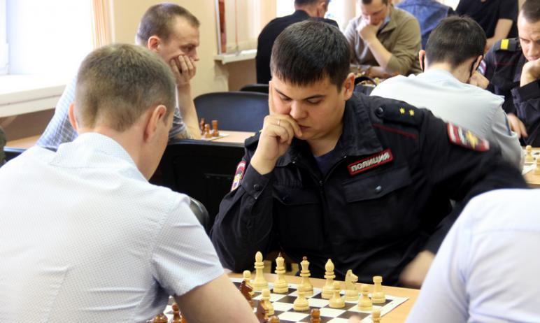 В Челябинске сотрудники и ветераны полиции приняли участие в шахматном турнире, проводимом в пред