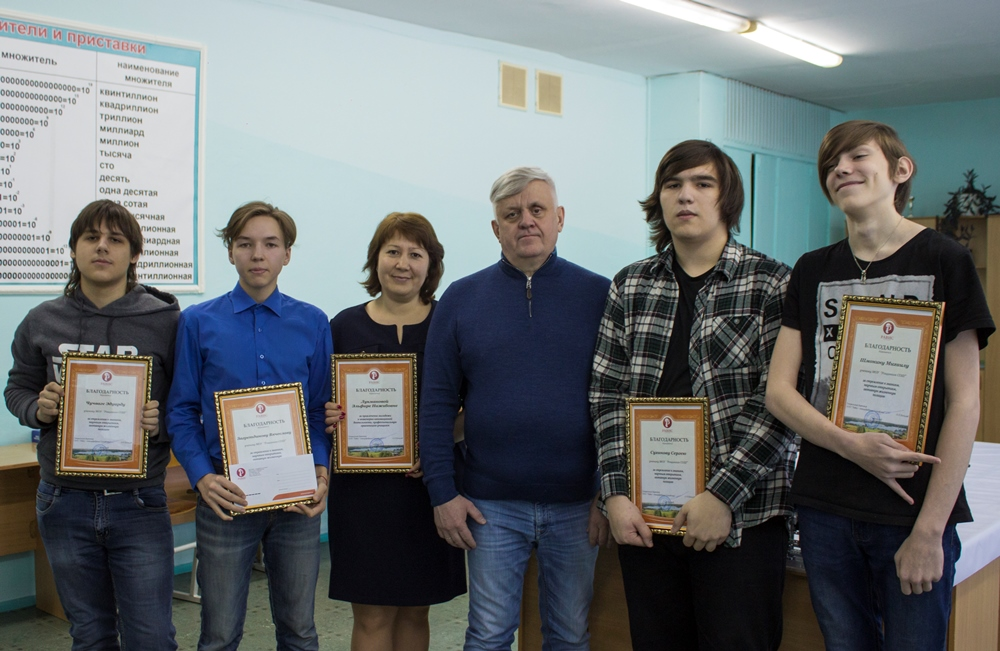 В Челябинской области генеральный директор компании «Равис» Андрей Косилов поздравил старшеклассн