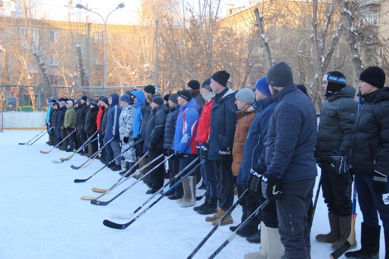 Челябинский полицейские сегодня, четвертого января, провели турнир по хоккею в валенках. В дворов
