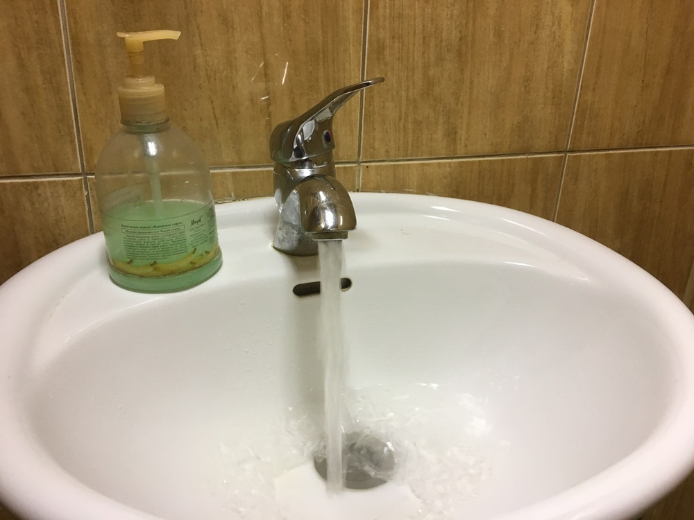 В ЖКХ поселения не отрицают, что горячая вода в дома бакальцев уже перестала поступать и котельна