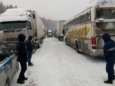 По предварительным данным 36 школьников в течение практически суток находились в снежном «плену».
