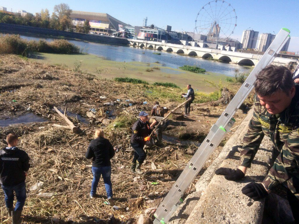 Министр экологии Челябинской области Сергей Лихачев вышел на уборку реки Миасс.