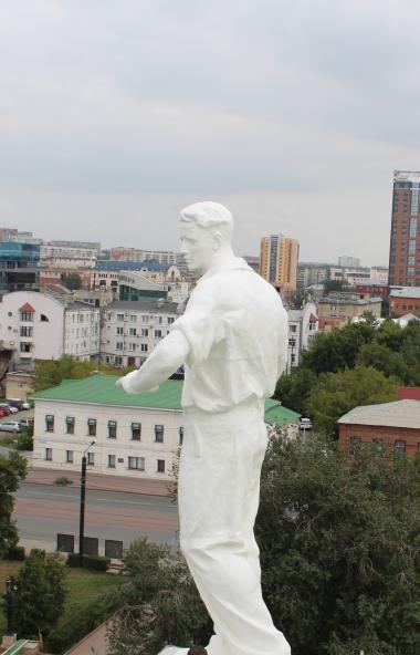 «Танцовщица», «Муза» и «Рабочий», которые живут на крыше Челябинского театра оперы и балета имени
