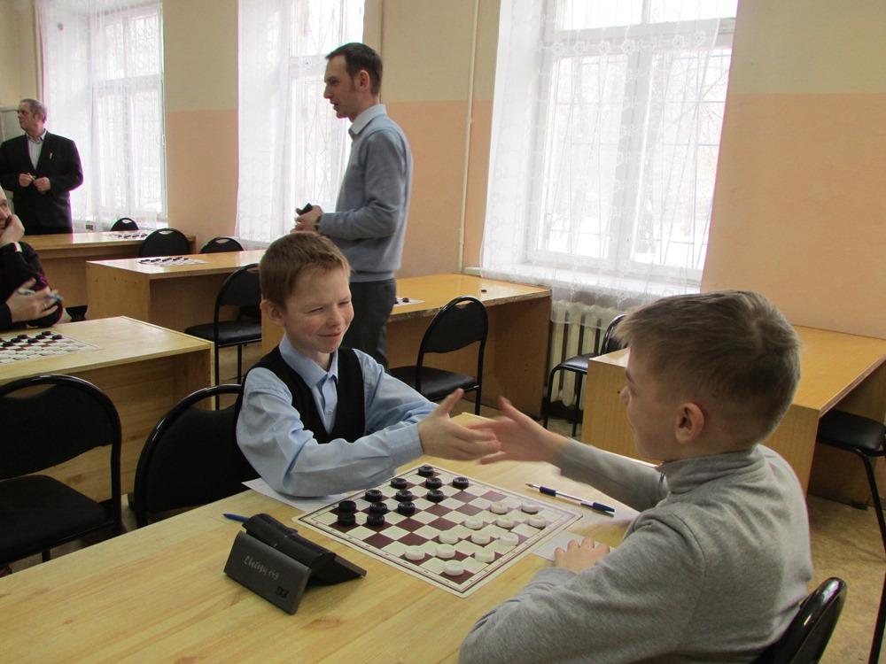 В соревновании участвуют 17 шашистов самого разного возраста и уровня мастерства. Среди основных
