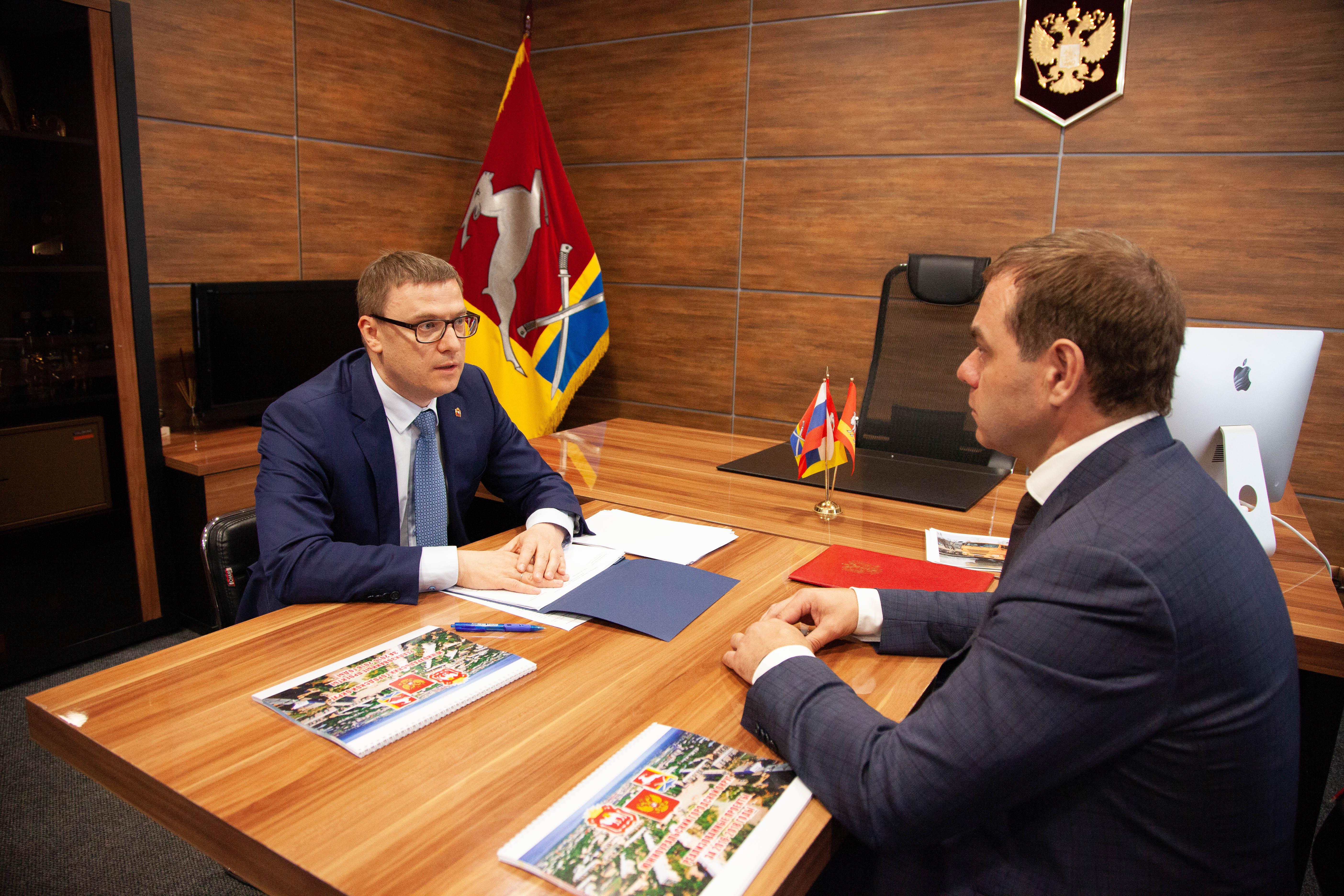 Глава Южноуральского городского округа Александр Лазарев получил свою папку с наказами от главы Ч