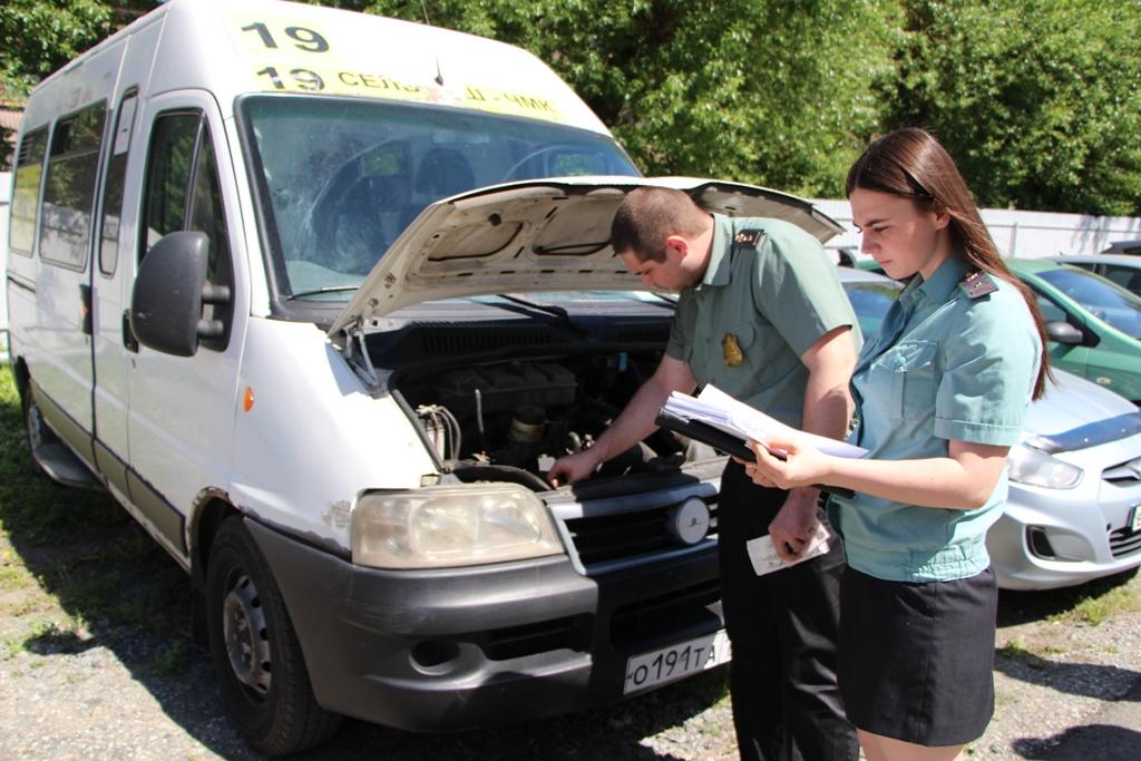 В Челябинске сотрудники службы судебных приставов и ГИБДД нашли маршрутное такси, принадлежащее д