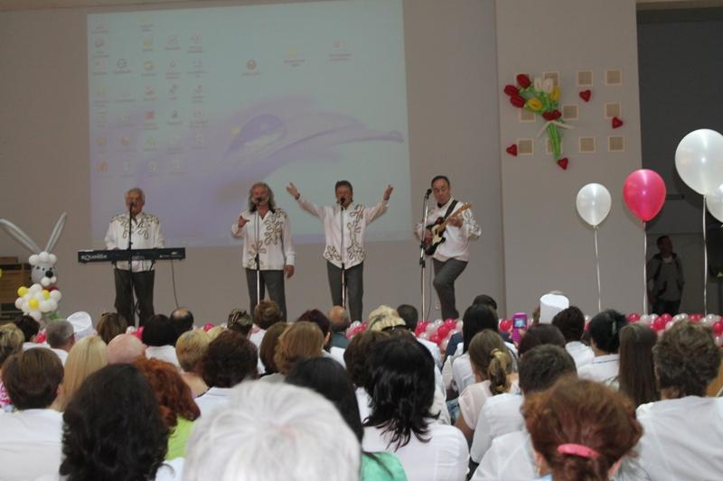 Во время концерта выяснилось, что первое выступление звездного коллектива состоялось на сцене Ак