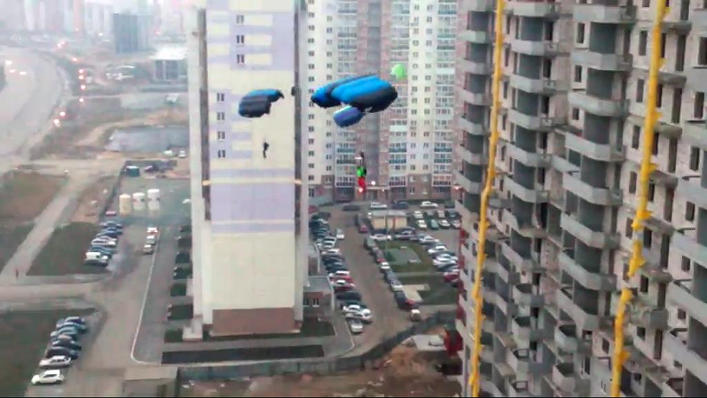 Экстремальный прыжок совершен в минувшие выходные. Парни прыгнули с парашютами с к