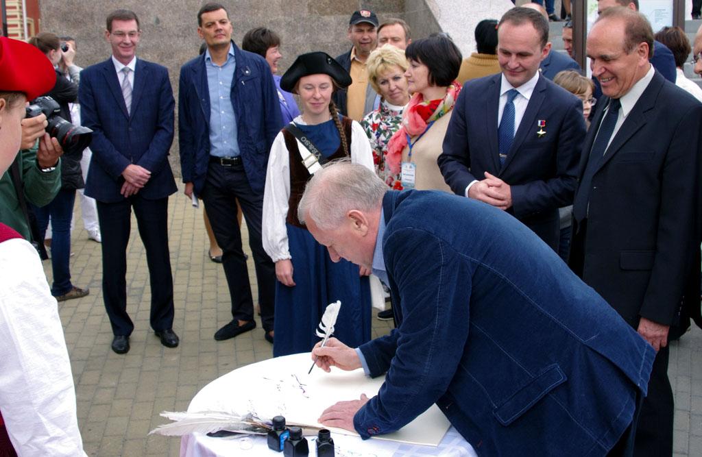 «Перед саммитом ШОС мы стали много говорить о внешнем облике Челябинска, - уточнил градоначальник