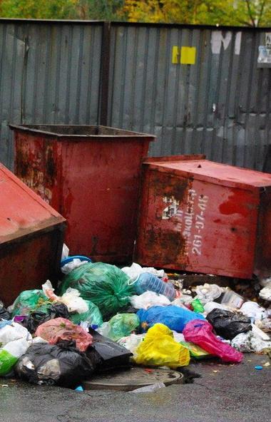 Сотрудники ГИБДД Челябинска в поселке Исаково задержали вора мусорных контейнеров. Он успел погру
