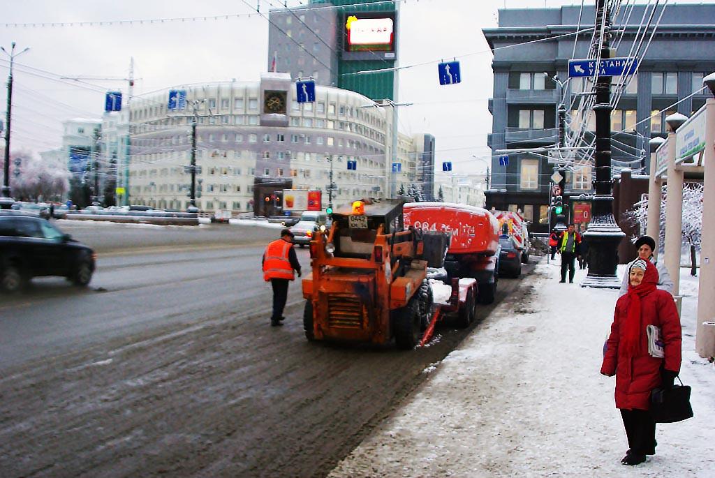 В этом году на странную смесь, которой обрабатывают дороги, обратили внимание все жители города.