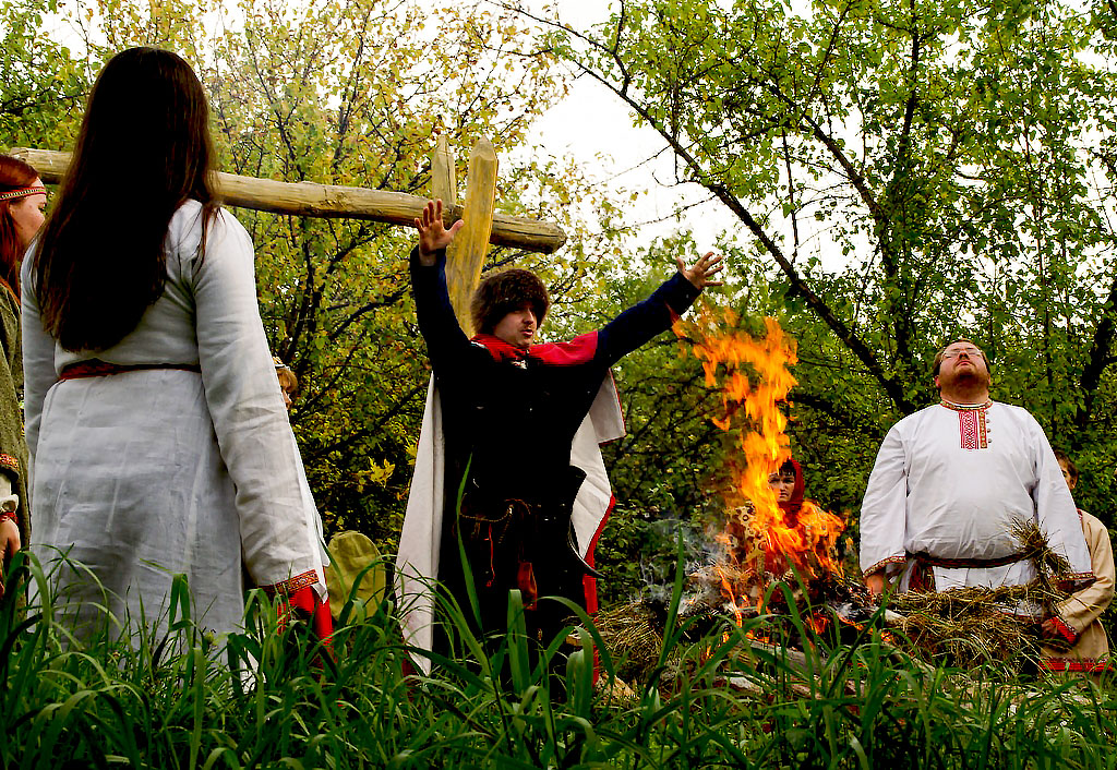 Праздник, отмечается на Руси с древних времен в честь бога Купало. Нынешнее название — Иван Купал