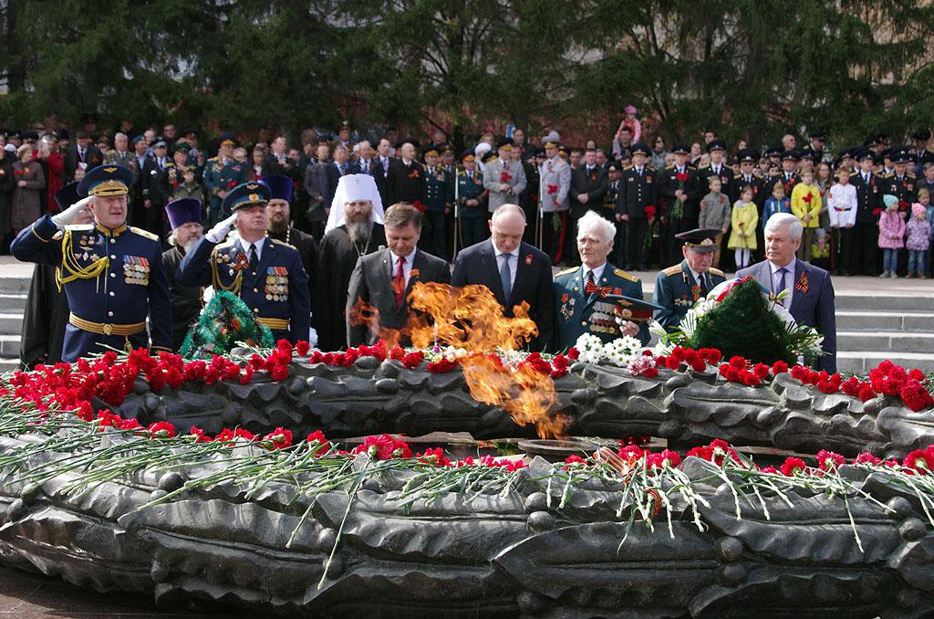 Челябинск сегодня, 9 мая, традиционно начал празднование Дня Победы с церемонии возложения цветов