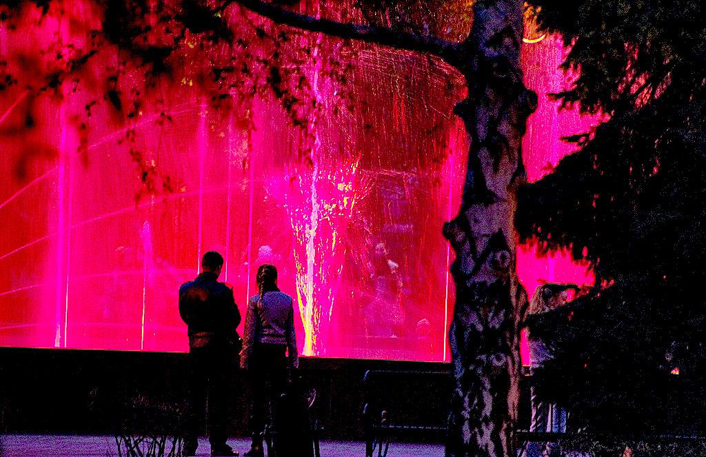 В Челябинске начал работу светомузыкальный фонтан на площади Революции. Каждый вечер, с 20.30 до