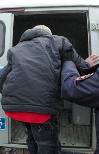 В Озерске (Челябинская область) пьяный местный житель набросился с ножом на двух полицейских, за