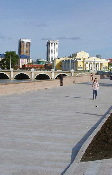 В Челябинске завершены основные работы по благоустройству набережной реки Миасс - на участке от у